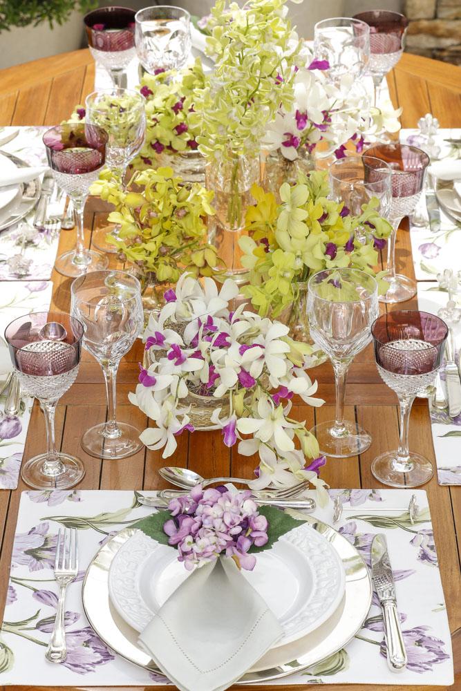 mesa decorada em tons de amarelo e vinho