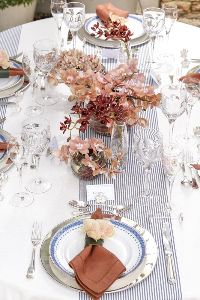 mesa posta com azul e pessego