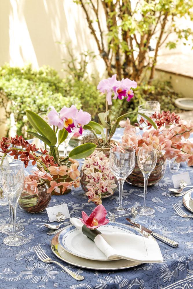 mesa com tons de azul e salmao