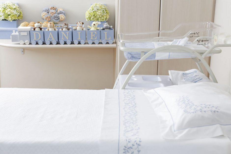 maternidade decorada em azul e branco