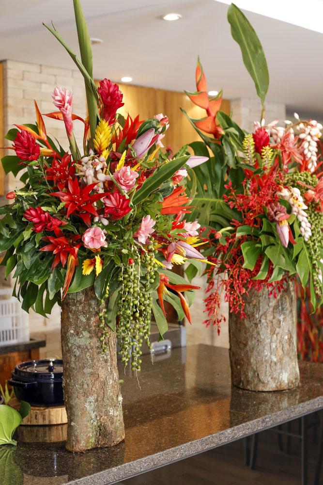 arranjos com flores tropicais vermelhas e rosas