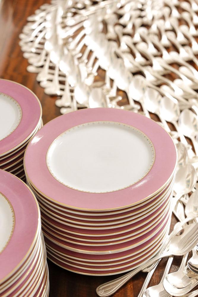 pratos rasos em rosa e dourado
