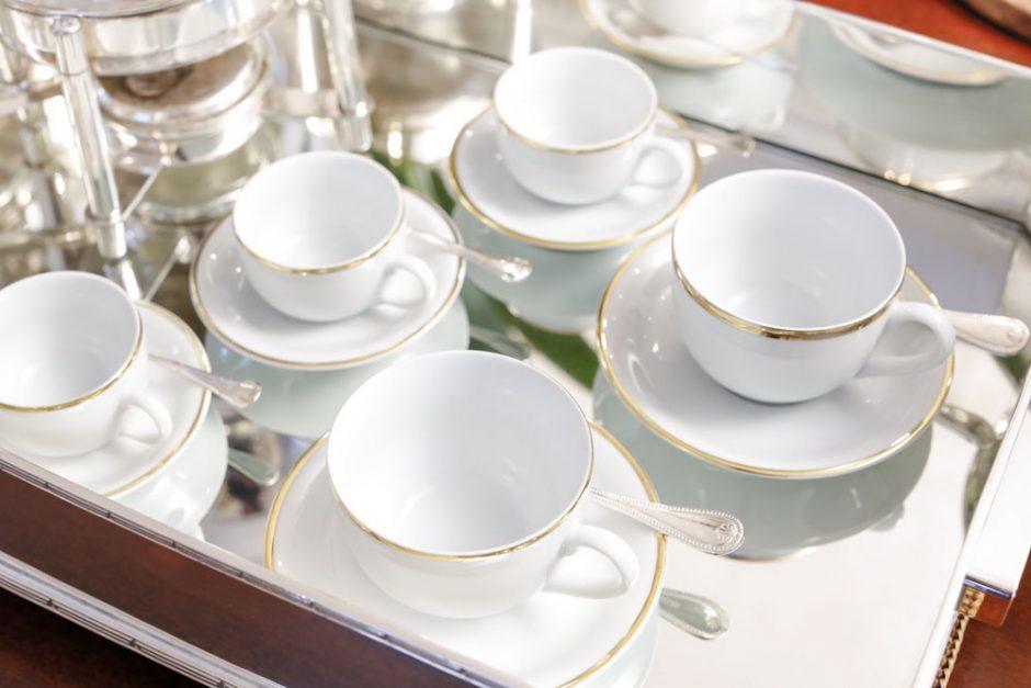 xícaras brancas com frisos dourados