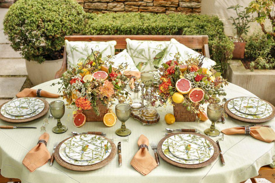 mesa posta em tons de laranja e verde
