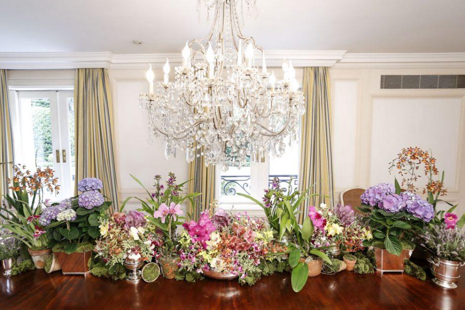 flores em vasos de barro e prata