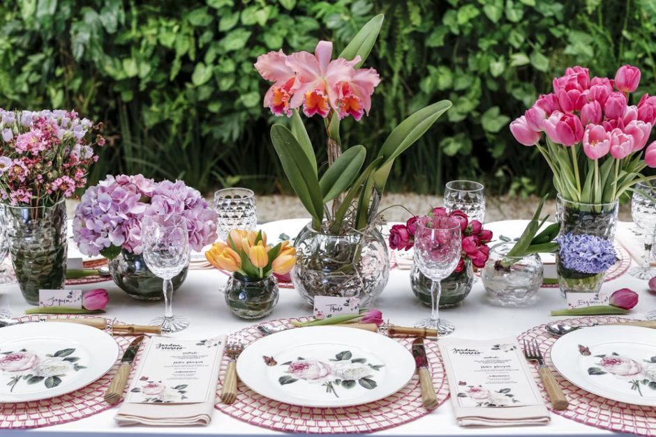 mesa decorada para almoço no jardim