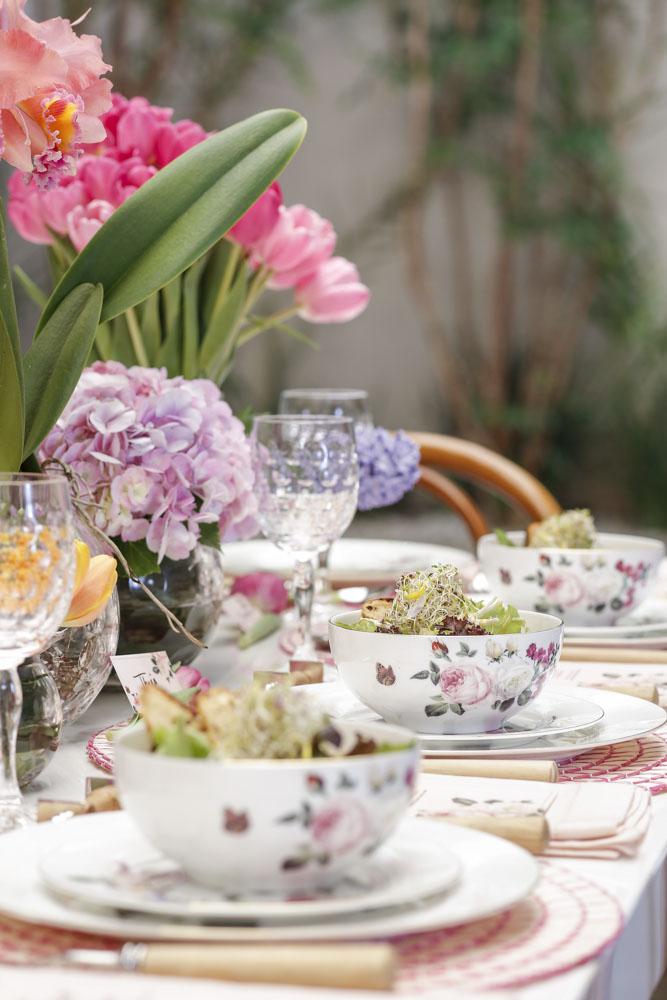 almoço com flores e saladas