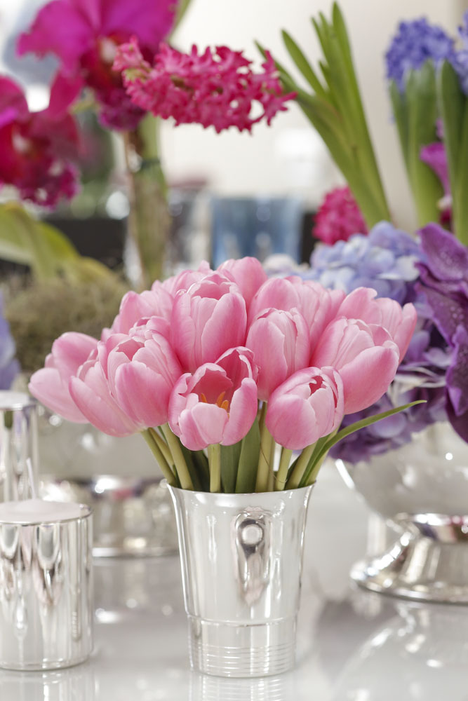 tulipas rosas em vaso de prata