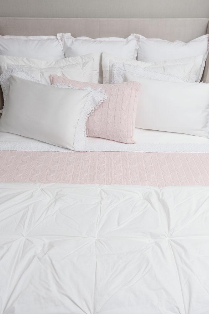 roupa de cama rosa e branca