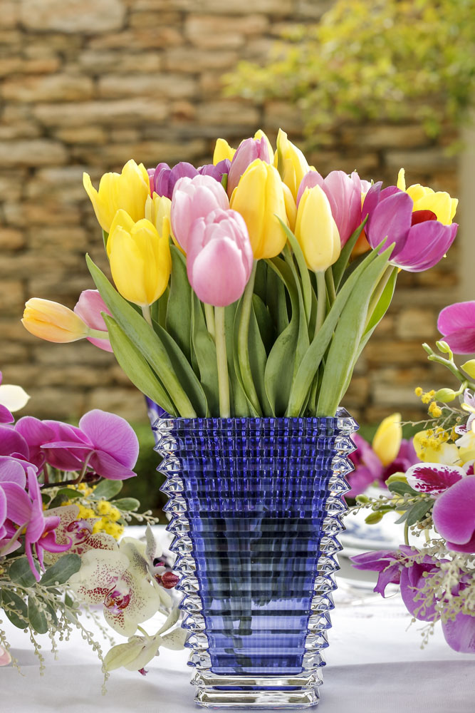 tulipas rosas e amarelas em vaso azul baccarat