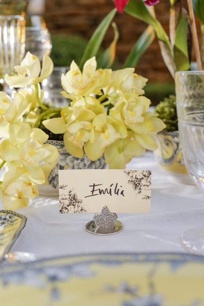 marcadores de lugar em prata em mesa de jantar