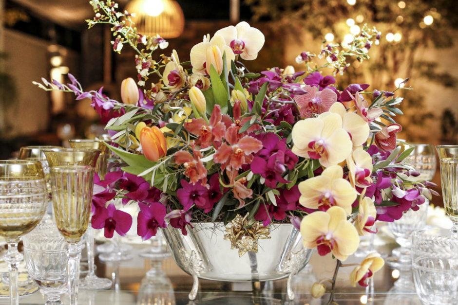 arranjo floral em vaso de prata
