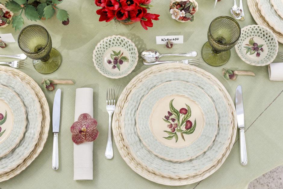 mesa de almoço no jardim com louça Berries