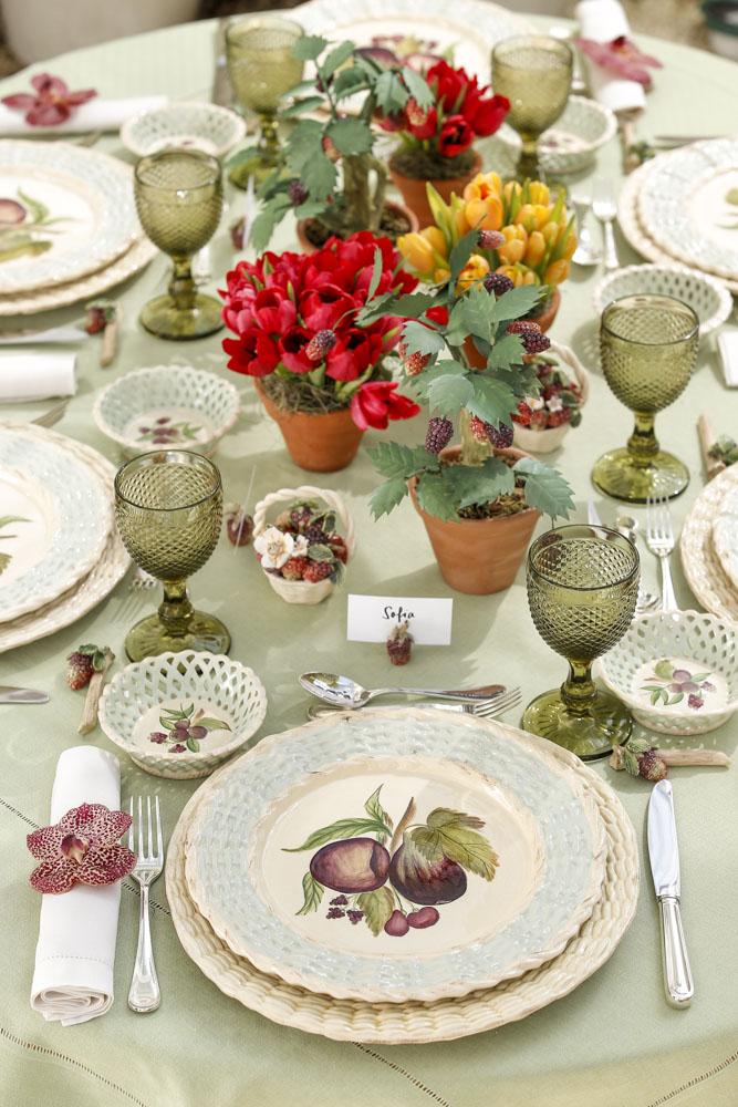 mesa colorida no jardim com louça berreis vestindo a mesa