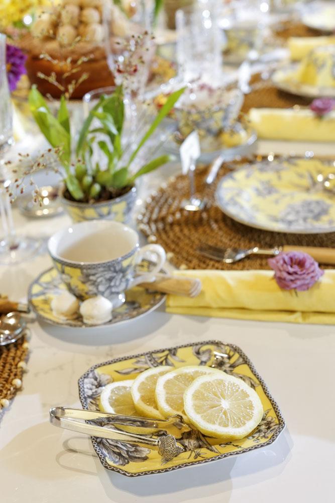 limão cortado em fatias para servir no chá da tarde