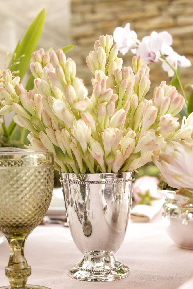 flores em tons de rosa em vasos de prata Couvert