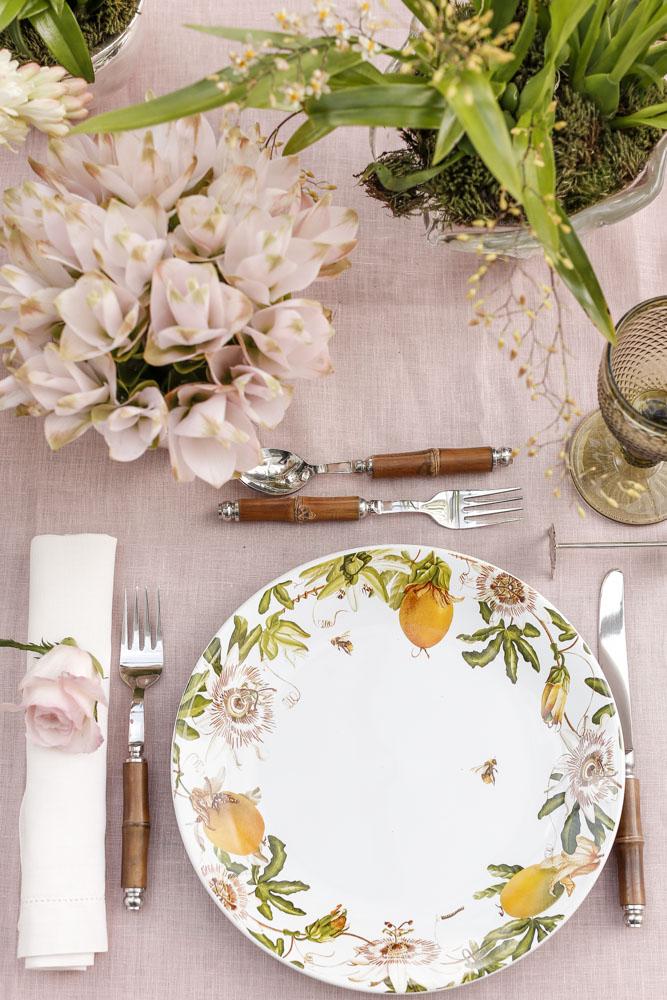 mesa de almoço decorada com louça Passion Cecilia Dale