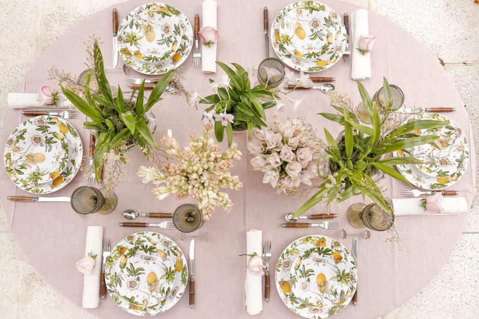 mesa com tons delicados de rosa e amarelo