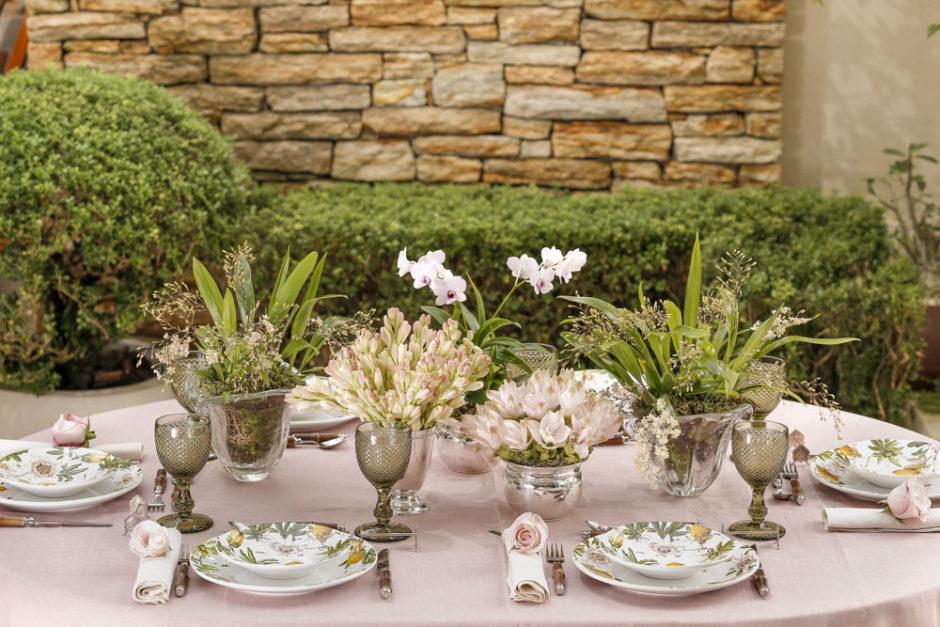 mesa com tons de rosa e amarelo para o dia dos namorados
