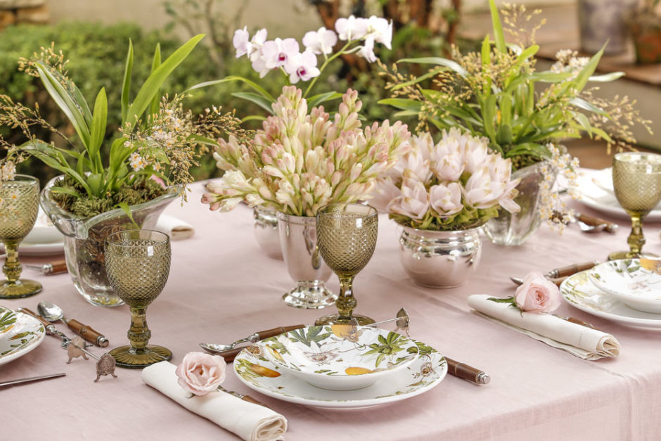 mesa de almoço no jardim com tons delicados