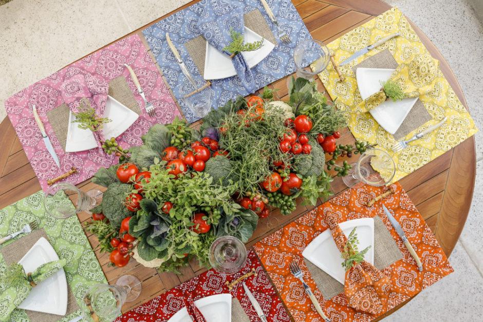 mesa com jogos americanos coloridos