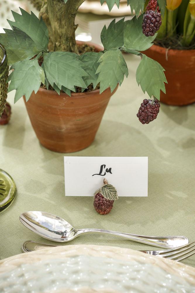 marcador de lugar de amora vestindo a mesa