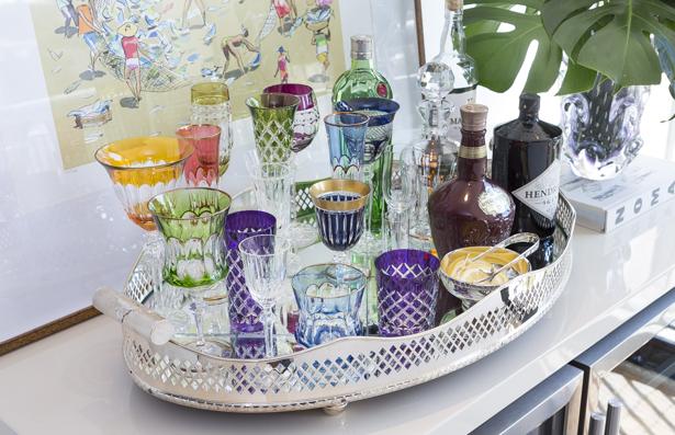 bandeja-bar colorida com taças e copos de cristais