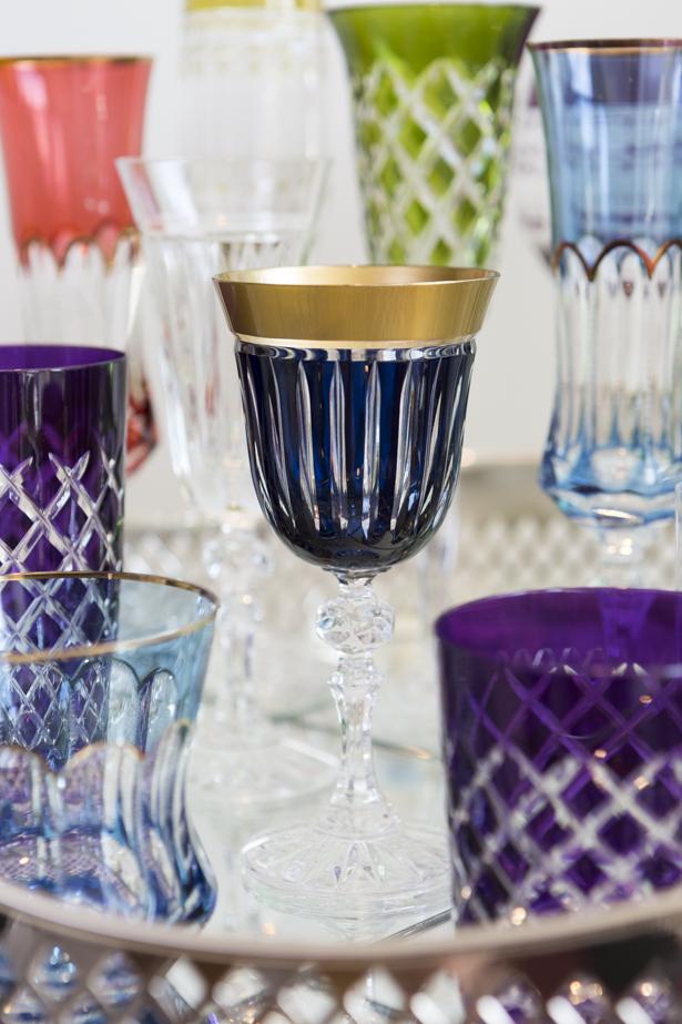 taça de vinho azul com dourado