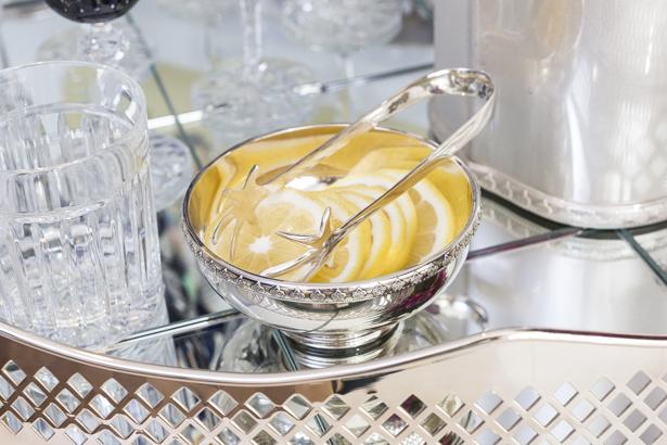 salva em prata com limão cortado para servir drinks