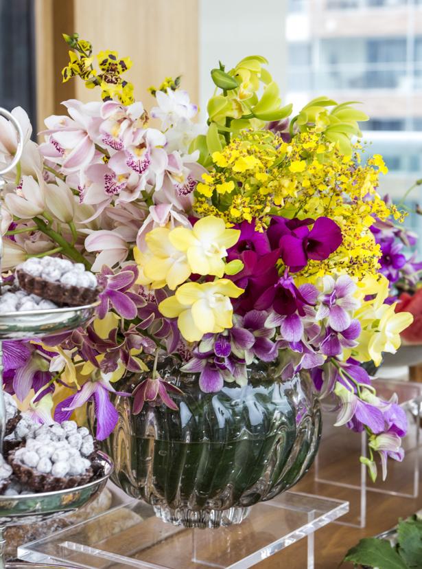 arranjo de flores em vasos de cristal