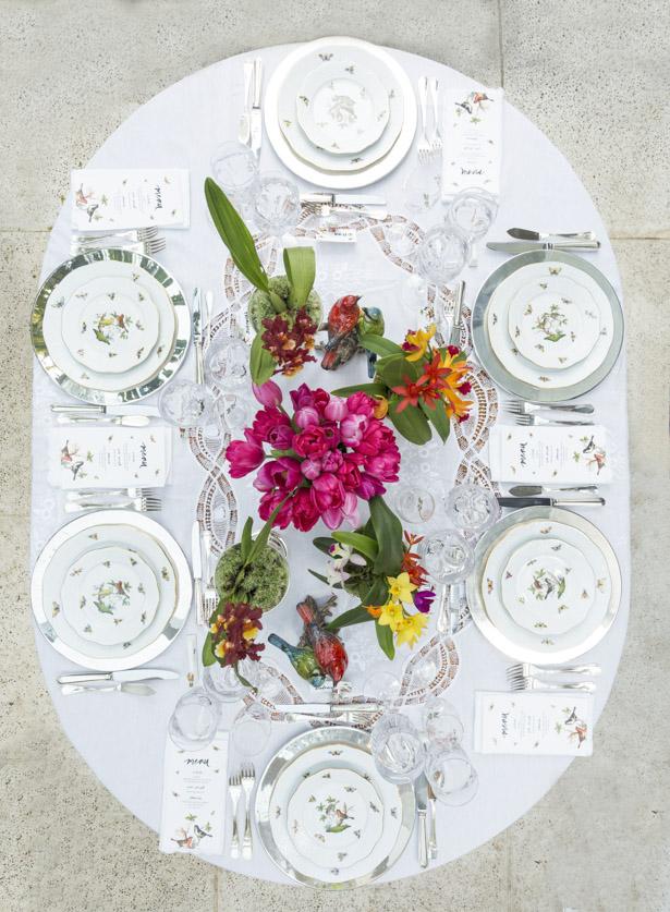 mesa de jantar com toalha branca com renda