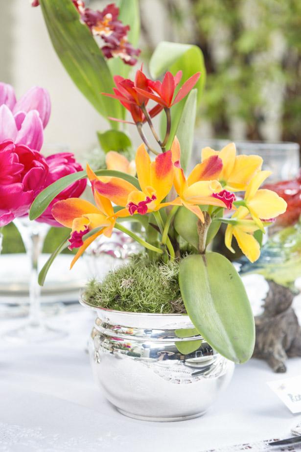 mesa de jantar elegante com vaso em prata