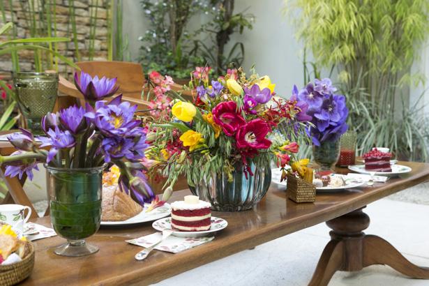 mesa decorada para o chá da tarde na primvera