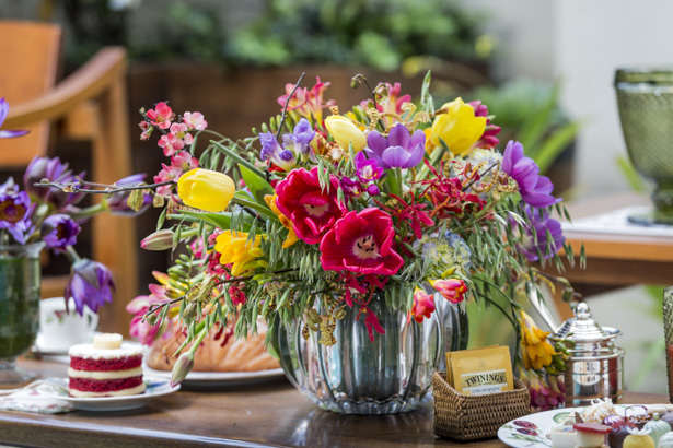 arranjo de mesa com frésias, tulipas, hortênsias, orquídeas
