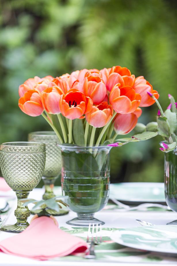 arranjo com tulipas laranjas