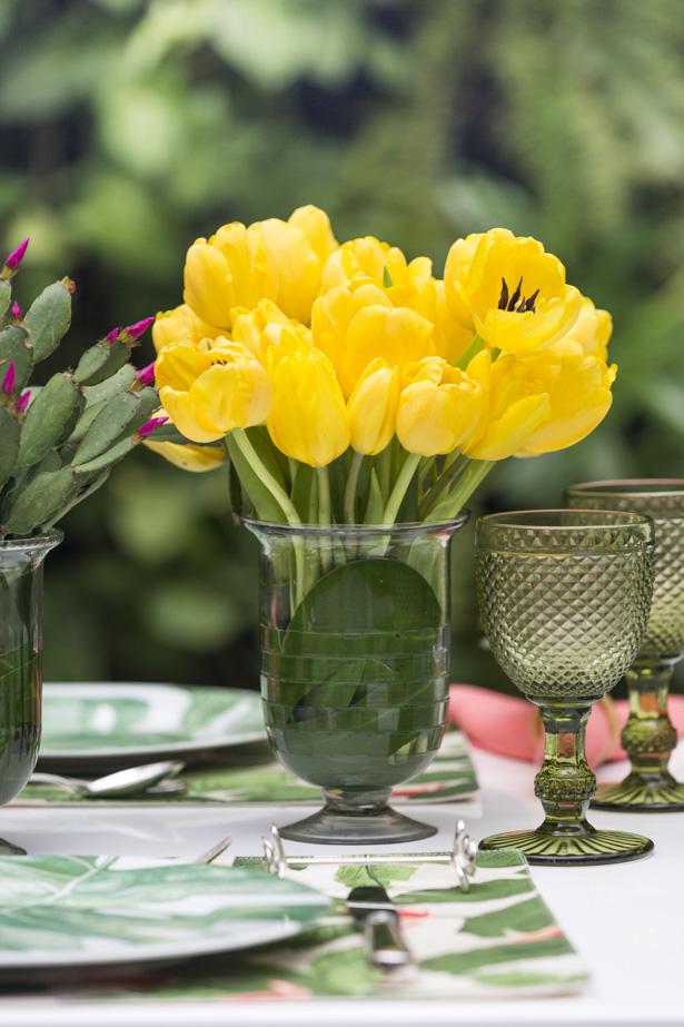 arranjo com tulipas amarelas em vaso transparente