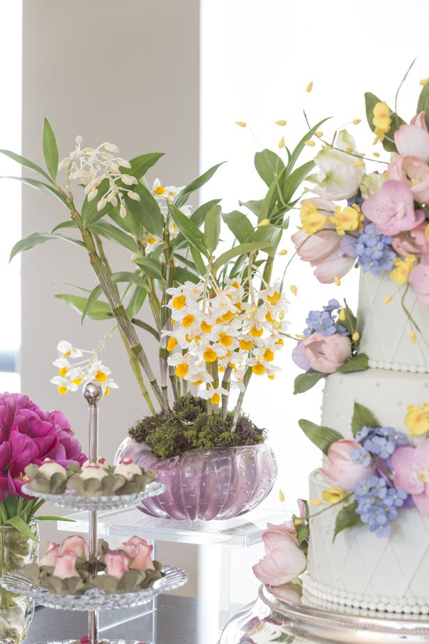 arranjo com orquídeas brancas e amarelas