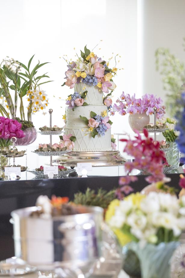 mesa de doces em festa de aniversário de casamento