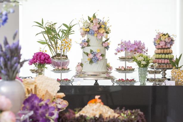 mesa de doces com bolo confeitado