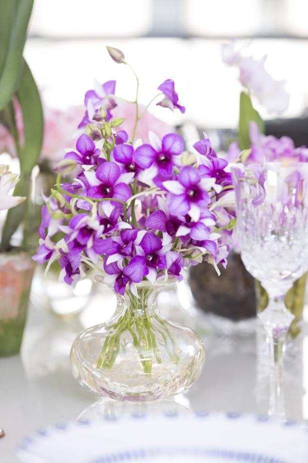 orquídeas em vasos de cristal para mesa de jantar