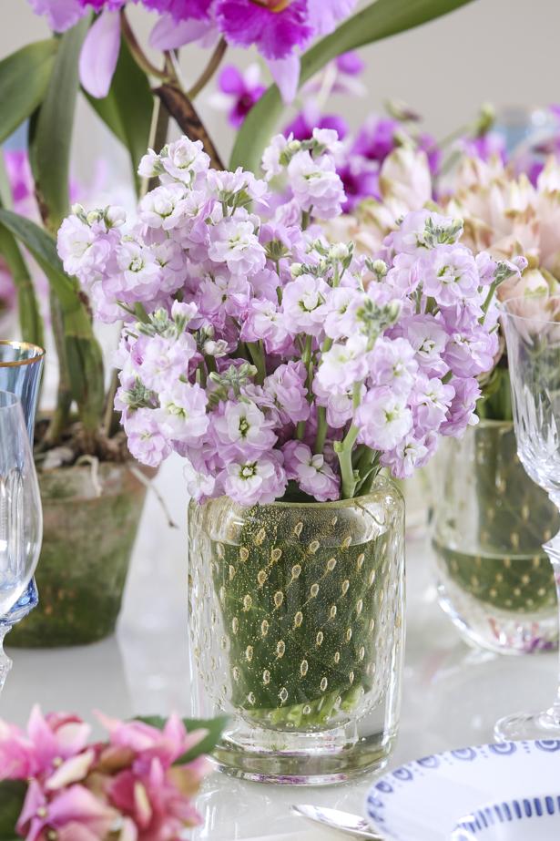 arranjos florais com flores rosas em cristais