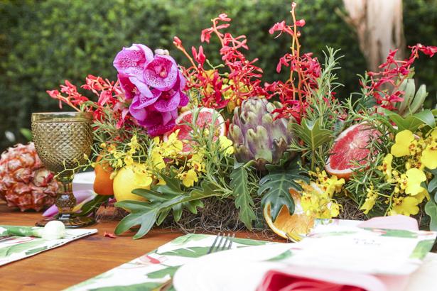 arranjo tropical com flores e frutas