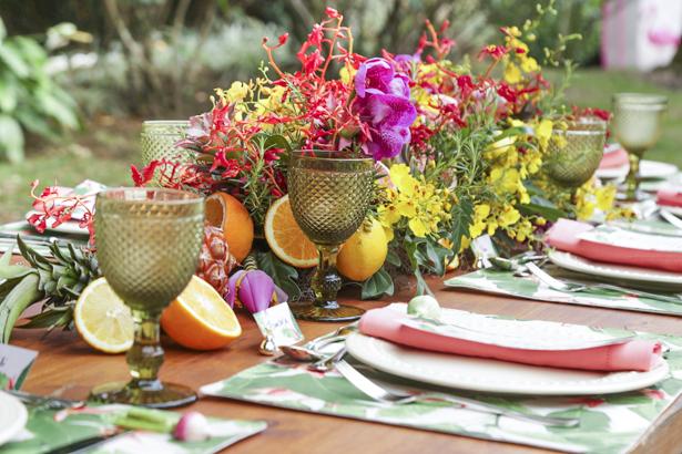 mesa com cores tropicais