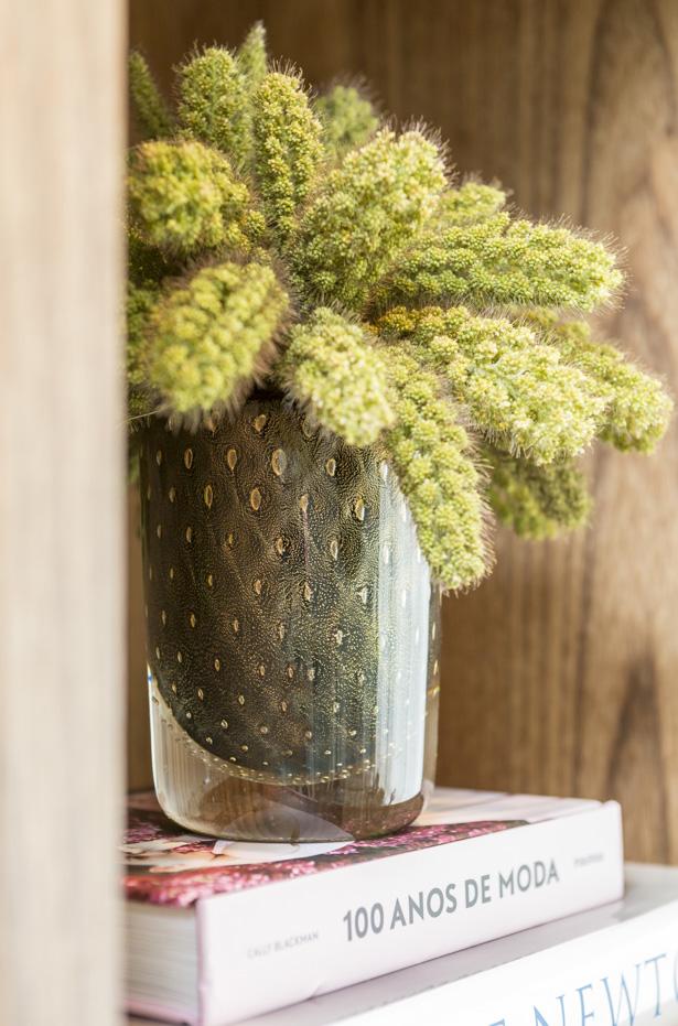 vaso em formato cilíndrico com folhas de ouro