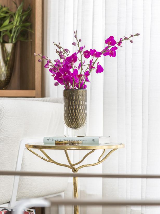 orquídeas fúcsia em vaso de cristal cá d'oro