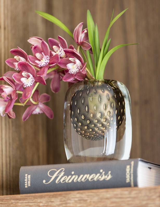 vaso quadrado com orquídea fúcsia