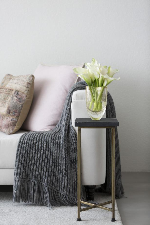 vaso com calas brancas para decorar a sala