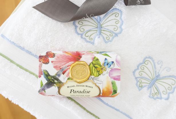 toalhas bordadas com borboletas azuis e rosas valencien