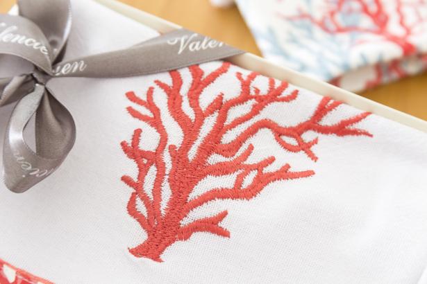 pano de prato com corais bordados