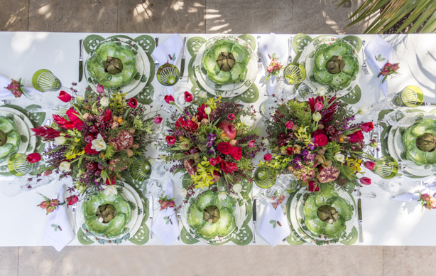 mesa de Natal com flores e frutas